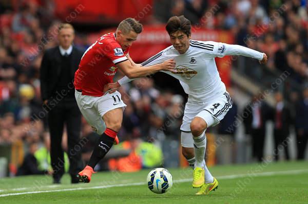 Adnan Januzaj of Man Utd battles with Ki Sung-Yueng of Swansea