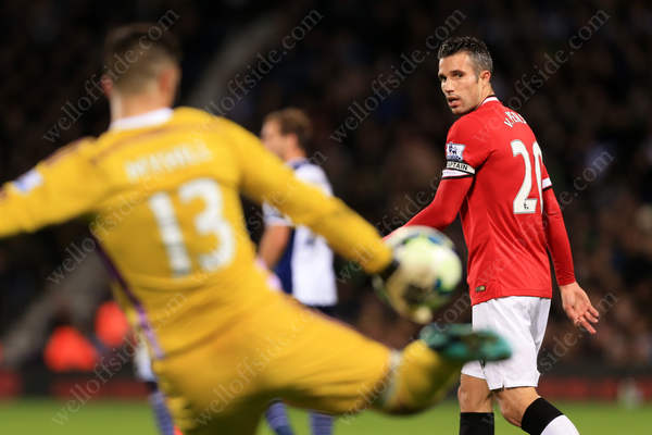 Robin van Persie of Man Utd keeps his eye on the ball